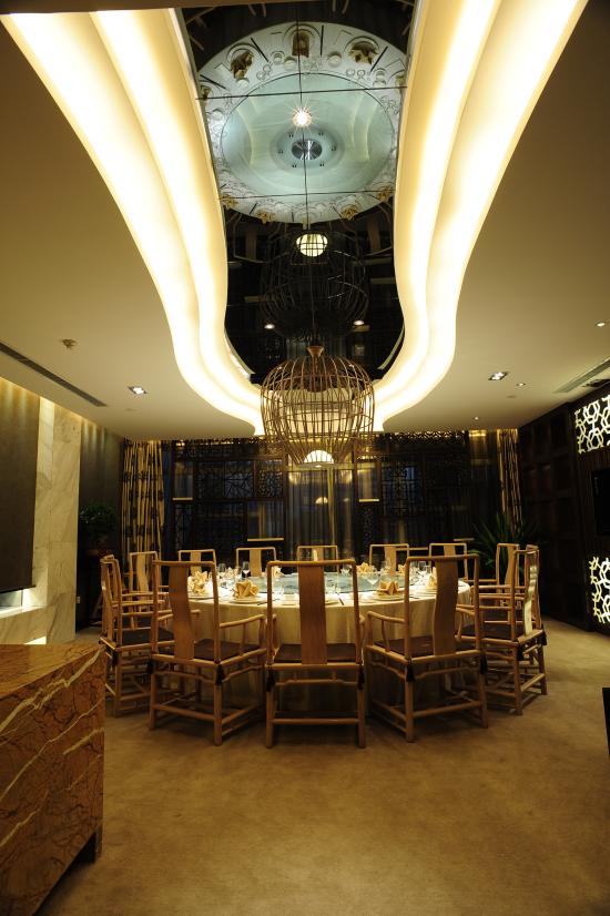 悦目的新中式装修风格,开阔典雅,酒楼一楼大厅,随意,温馨的亲朋聚会格