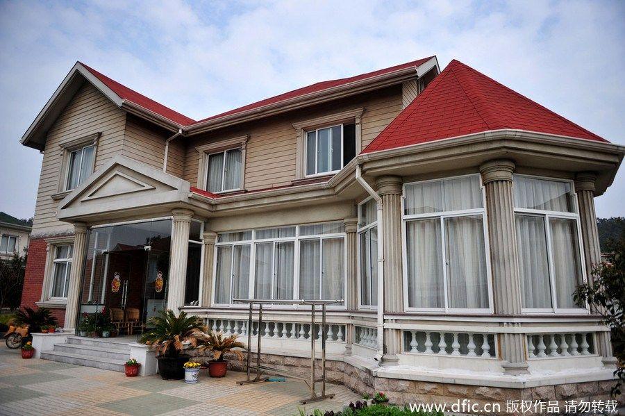 华西村位于江苏省江阴市华士镇
