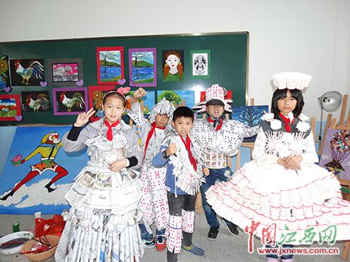 将废品变成漂亮的衣服 德兴市小学生的别样时装秀