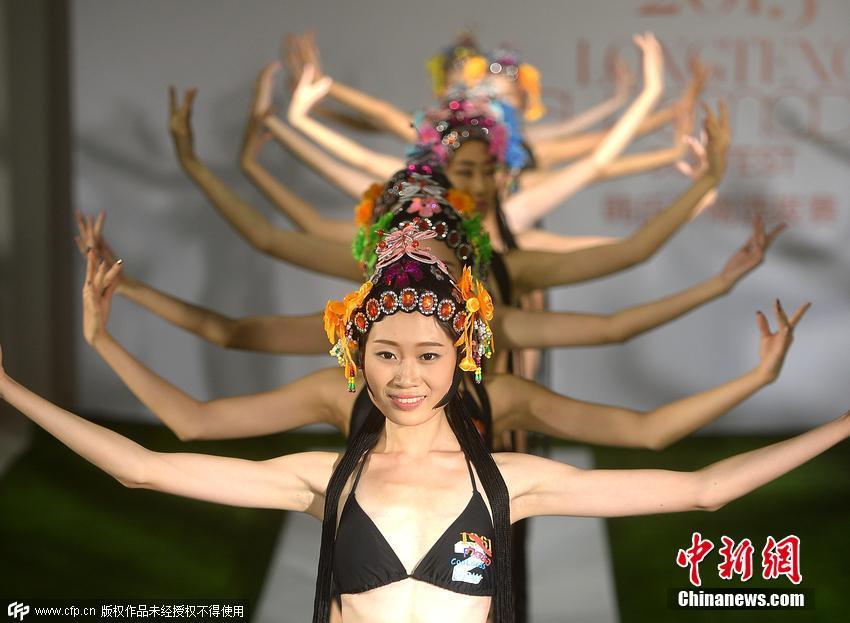尼,戴上京剧中花旦的头饰和穗头,做出京剧花旦手势和姿态,并图片