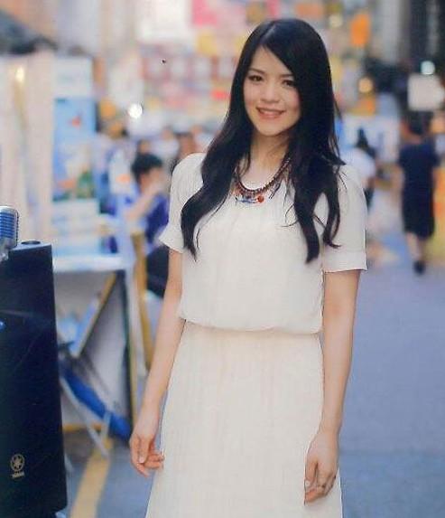 香港蒙面女歌手龙小菌出席公开活动必戴