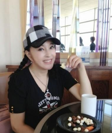 58岁刘晓庆曝美国机场候机室照片 年轻似少女