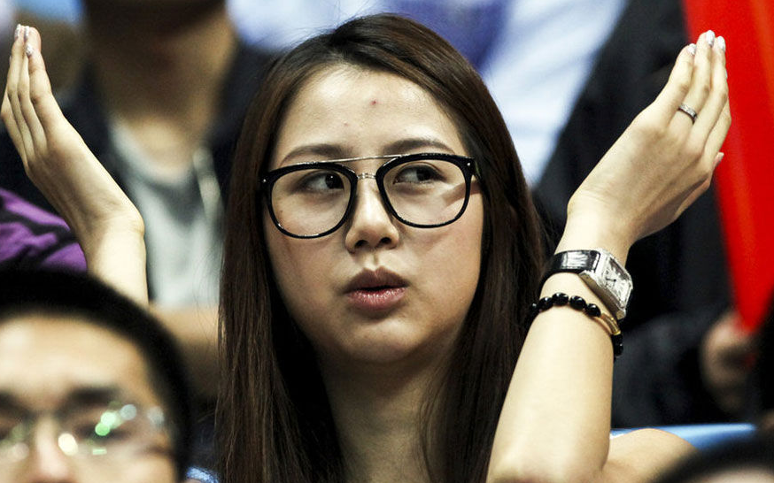 孙悦妻子现场观战北京男篮比赛佩戴腕表引关注,疑似卡地亚桑托斯