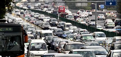 青岛旅游季车流量超饱和 两大主干道昨堵车两小时