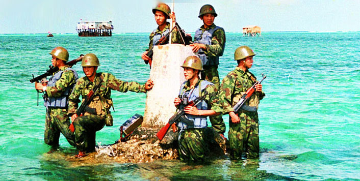 1988年2月,应联合国教科文组织的要求,中国政府决定在南沙永暑礁建立国际海洋气象观测站,从此,解放军海军进驻南沙群岛。图为站在海水中站岗的解放军士兵。(图片来源:凤凰网历史)