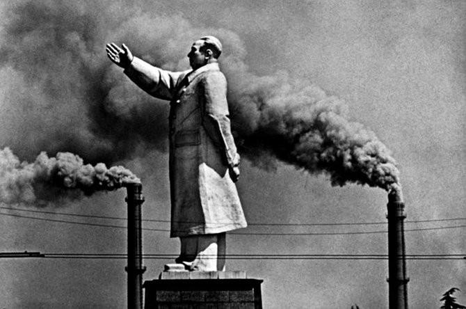 矗立在两个烟囱之间的毛泽东像,烟囱是中国新型工业化自豪的象征。摄于1971年的武汉。(图片来源:资料图)
