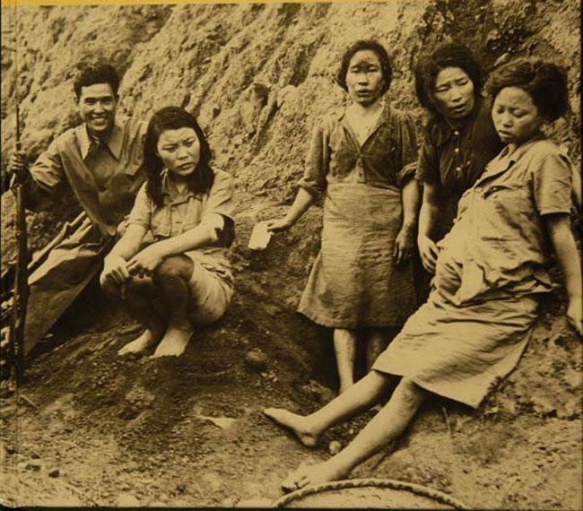 滇西腾冲是抗日战争中中国收复的第一块失地,创造了全歼日军56师团148联队6000多人的辉煌战绩。这个地方也曾流下过许多慰安妇的泪水,而且其慰安所之多(有23个之多),当地被迫害妇女之众,也是世之罕见的。照片中的右一怀孕者为朴永心。(图片来源:资料图)