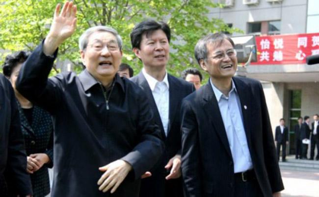 清华大学已经历了一个世纪的风雨沧桑,这里走出了无数学者、大师,还有众多政治伟人。前总理朱镕基便是其中之一。(本文文字来源:《人民文摘 》2011年第9期,图片来源:人民网)图为朱镕基访清华大学。