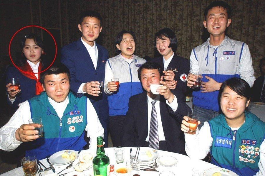 李雪主(Ri Sol Ju,1985年— ),曾被译为李雪珠、李雪洙,女,朝鲜著名歌手,朝鲜最高领导人金正恩的妻子,两人在2010年生有一女。2012年7月26日,朝鲜中央电视台确认其与金正恩已经结婚。李雪主少年时参加青少年红十字会聚会的留念,这也是目前以来获得已知以来最早的照片。