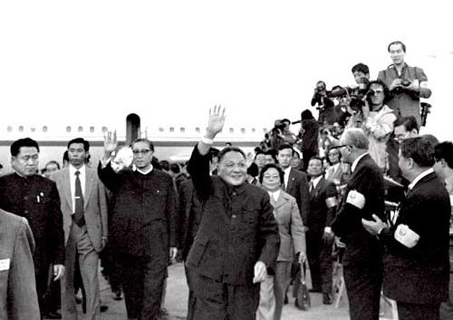 应日本政府的邀请,中国国务院副总理邓小平于1978年10月22日抵达东京,对日本进行正式友好访问并出席互换《中日和平友好条约批准书》仪式。在机场,邓小平受到了热情隆重的欢迎。此次访问是中华人民共和国成立后中国领导人首次对日本进行的正式友好访问。