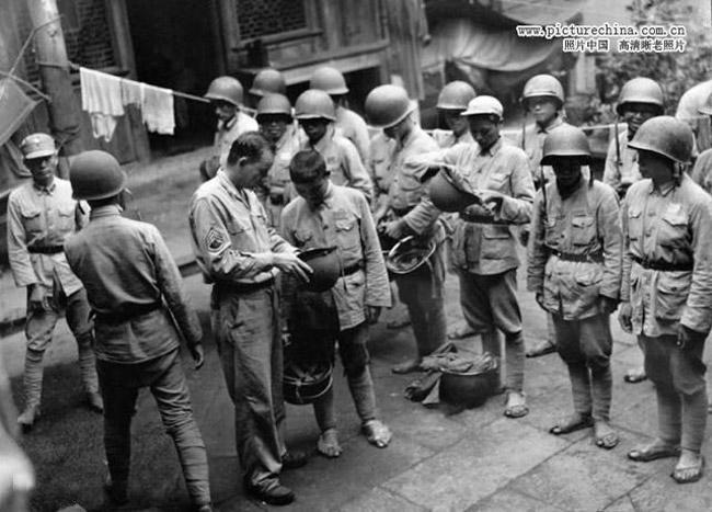 松山、龙陵、腾冲是日军在缅北三大玉碎战,虽然日军被全歼,但是强攻日军坚固要塞的中国远征军也几乎流尽了血。图为1944年9月4日,在中国远征军第53军即将向腾冲日军发起冲锋前,美军联络组把自己的钢盔送给中国士兵。这些钢盔将优先配备给冲锋在最前边的士兵。美军通信兵(U.S.Army Signal Corps)拍摄。
