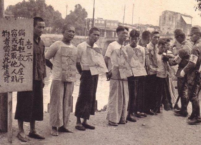 1881年3月11日日本宪兵条例被制定公布,正式创设宪兵部队是5月9日。(来源:光明网)图为侵华日军宪兵将抓住的小偷挂牌示众。