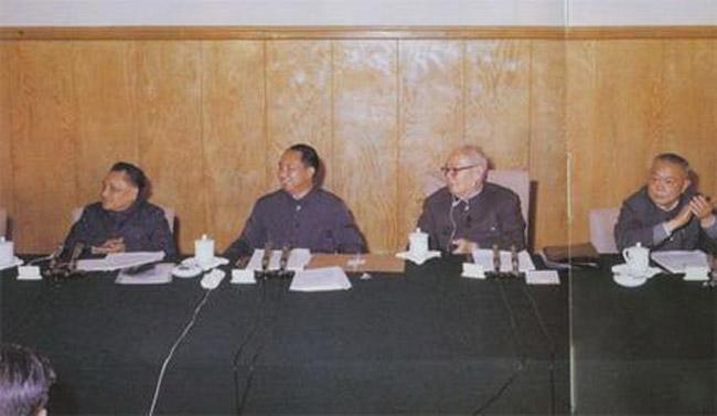 1978年12月18日至22日,邓小平与叶剑英在中共十一届三中全会上,左起:邓小平、华国锋、叶剑英、李先念。