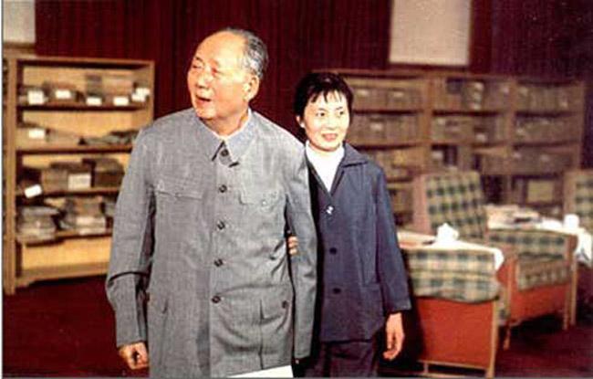 这是一组记录晚年毛泽东的照片,包括毛泽东晚年生活照和一些会见外国友人的历史旧照。图为张玉凤与晚年毛泽东合影。