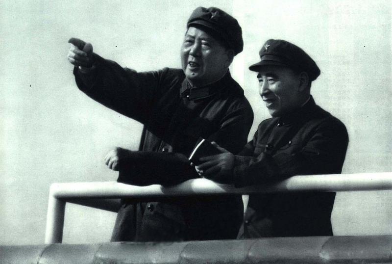 """文化大革命初期,毛泽东与他的""""亲密战友""""林彪在天安门城楼。"""