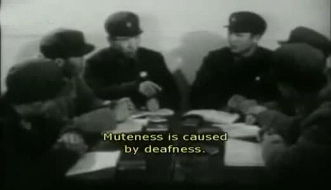 泽东思想能治好聋哑人视频资料.图为医生讨论治疗方案.-文革时期