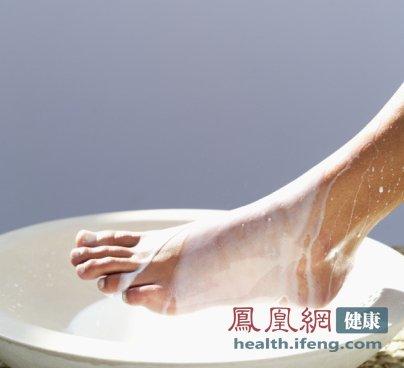 盐水泡脚有6大奇效 怎么泡最补肾? - 雷石梦 - 雷石梦(观新闻)