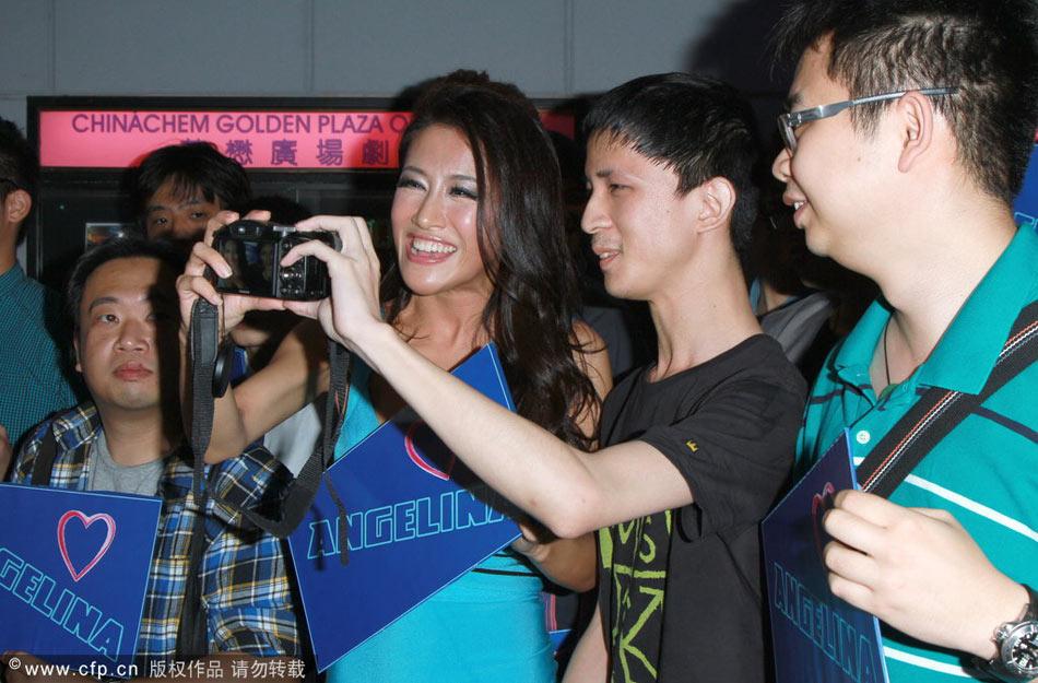 香港,10月18日,张暖雅现身尖东一戏院,出席《一路向西》电影包