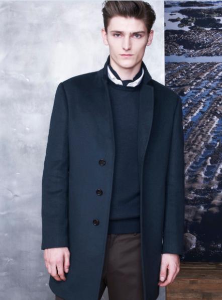 1436男款墨绿色100%羊绒大衣,挺阔硬朗的版型搭配西装领的设计,增添