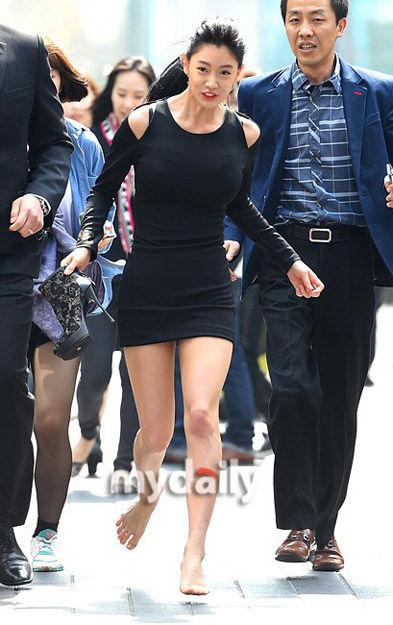 韩国女艺人clara(李成敏)在首尔明洞参加了某化妆品品牌的宣传高清图片