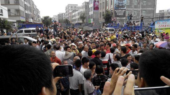 高清图—广东化州市丽岗镇上万村民抗议政府修建火葬场游行