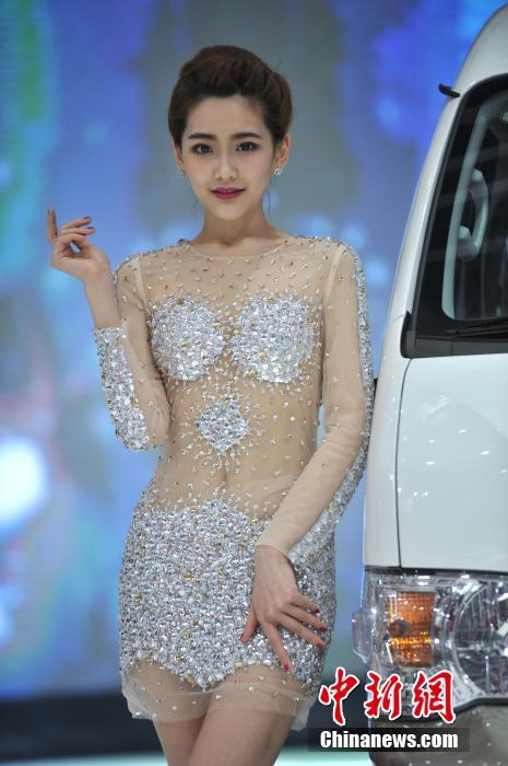 重庆车展:美女透视内衣吸引眼球