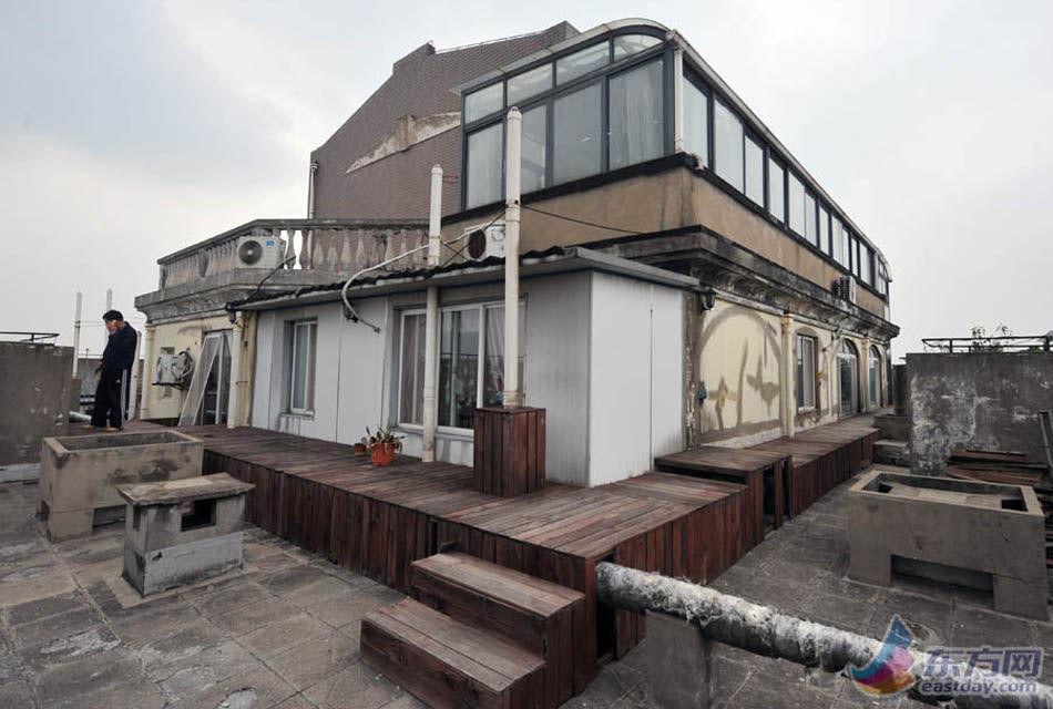 """上海一违建""""空中别墅""""内阳光房,鱼池一应俱全"""
