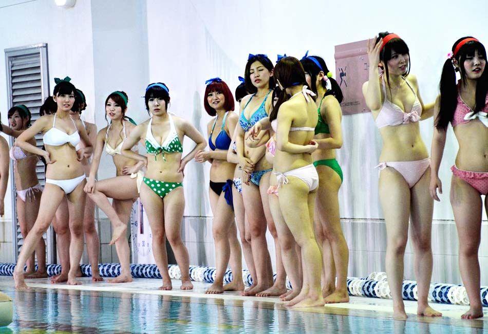 日本偶像少女团体在泳池内上演湿身诱惑