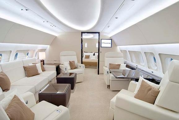 享受飞行生活奢华的私人飞机内部设计 很多客户要求室内每三年重新装饰一次,所以翻新一架飞机往往是主要的营收来源。以湾流G550为例,新的地毯铺设花费就高达30000美元以上,不过价格对于当今中国的私人飞机所有者来说绝对不是问题。