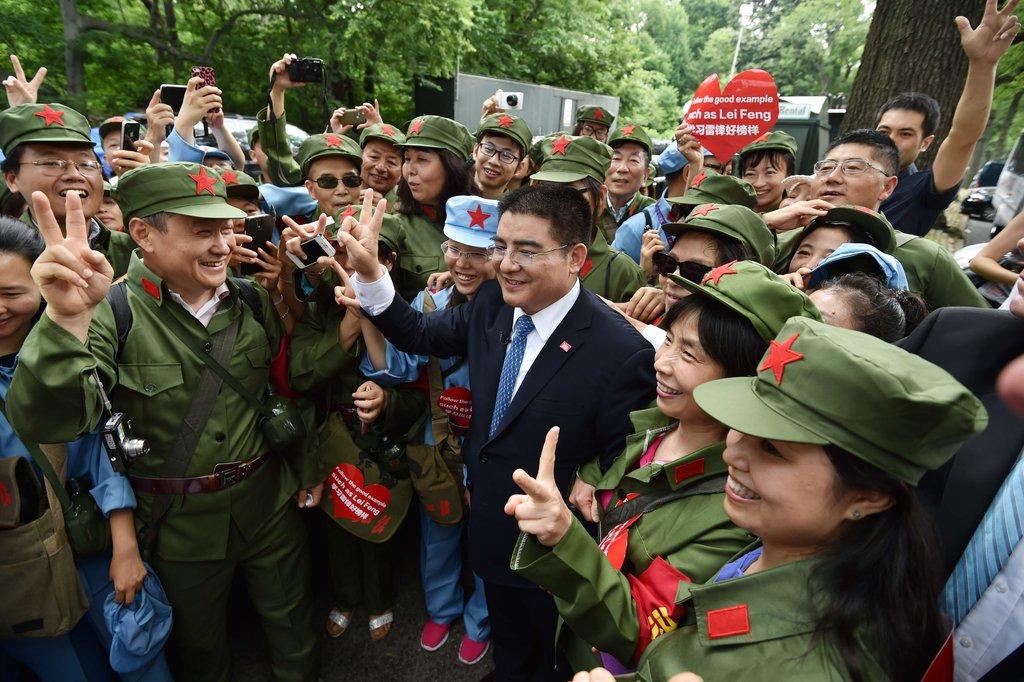 陈光标让接受现金的美国穷人穿上绿军装照相 - 海阔山遥 - .