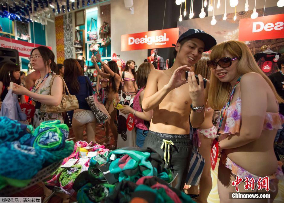 日本女孩穿比基尼免费购物 新奇军