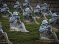松山远征军雕塑群太震撼 百岁老兵跪地痛哭