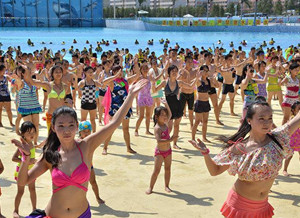 西安千人着泳装水中跳性感版《小苹果》
