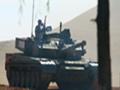 上合军演99A2坦克群突击 行进间开炮中靶