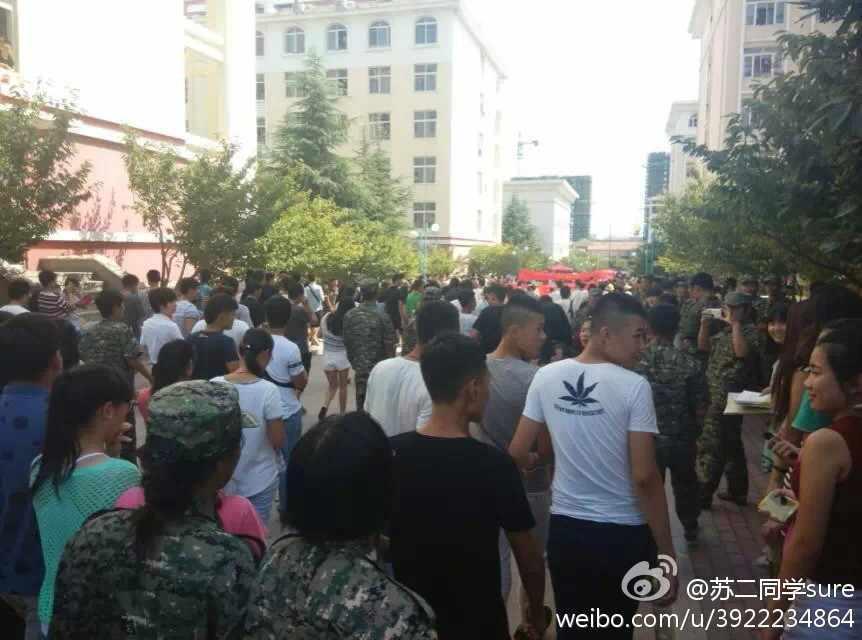山东一高校2000多学生被劝退 - 人在上海    - 中国新闻画报