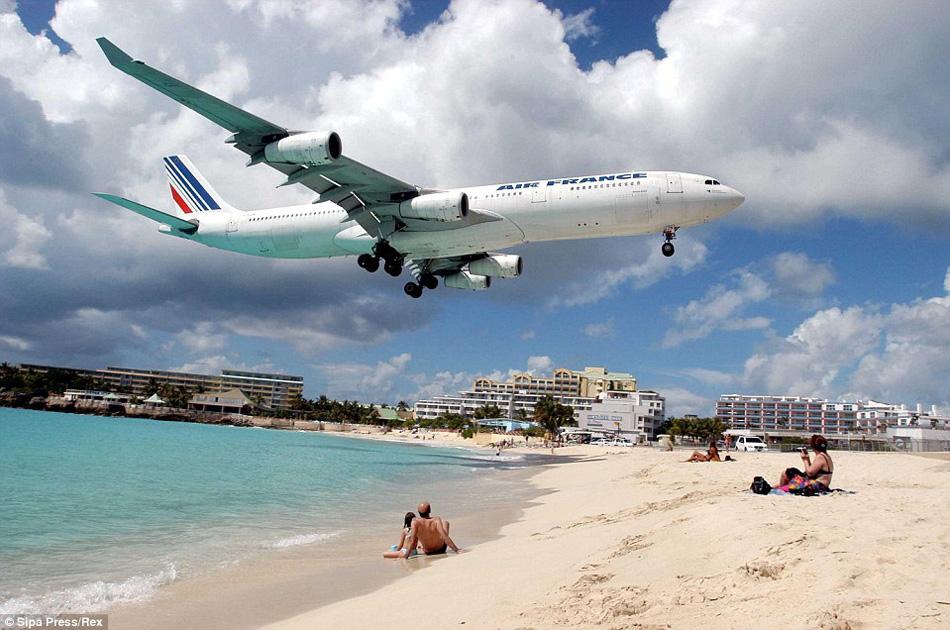 图为加勒比海圣马丁岛,飞机从游客头顶飞过.