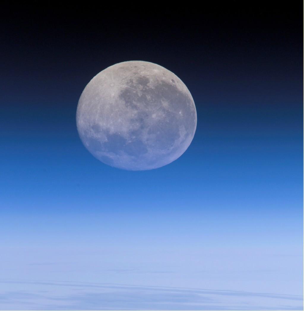 空间站拍摄的月亮,同一个地球,同一个月亮,祝大家中秋节快乐! - 同窗缘 - 五四草坪