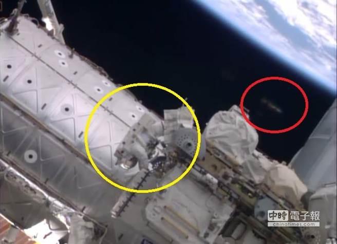 """原标题:国际空间站附近惊现""""居心叵测""""可疑飞行物   据英国《镜报》10月15日报道,近日,美国国家航空航天局(nasa)在国际空间站附近发现疑似ufo飞行物."""