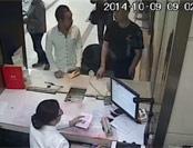 窃贼与失主在银行同一柜台办业务被抓