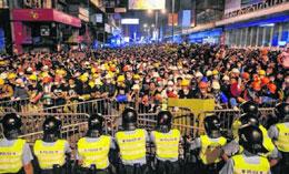 曝香港局势失控 警方称占中走向暴乱边缘