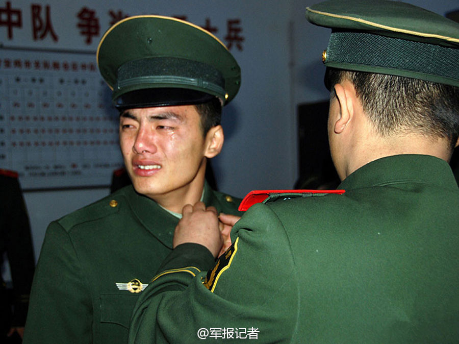 """卸不下的""""军衔"""" - 人在上海    - 中国新闻画报"""