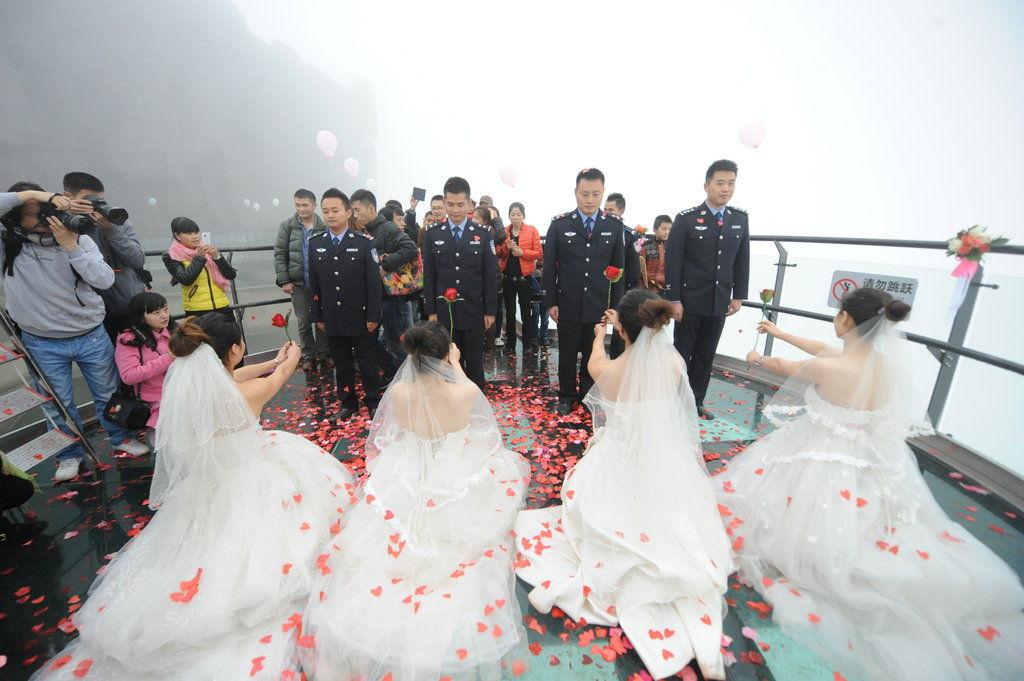美女集体向刑警男友求婚