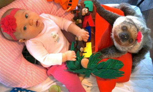 两岁女婴与树懒一起长大