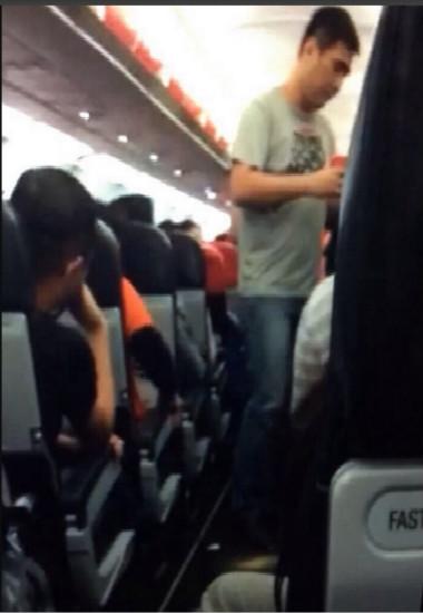 中国乘客飞机上泼热水扬言炸飞机