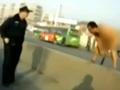 哈尔滨裸男诡异姿势蹲路边 突腾空刀劈警察