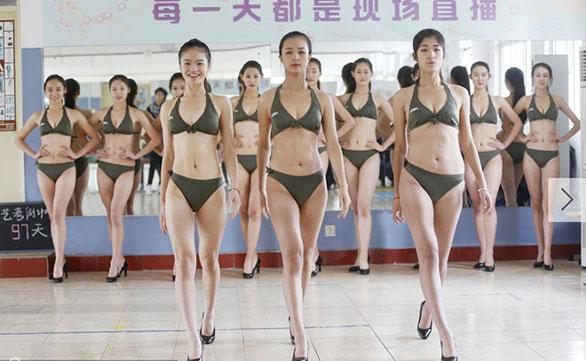模特正在形体老师指导下训练走台