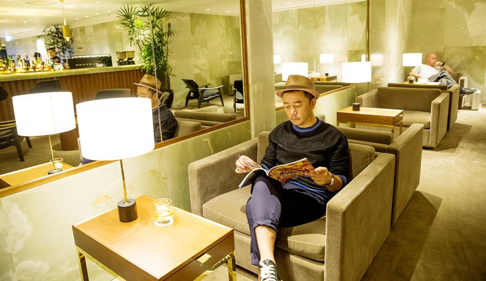 郭涛在国泰及港龙航空贵宾休息室内 悠闲的翻看杂志