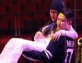 43岁杨钰莹获男子横腰公主抱显娇羞