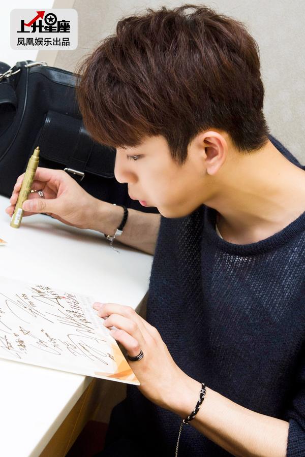 Junior签名后贴心地给纸板吹气,生怕把送给粉丝的签名给弄糊了。