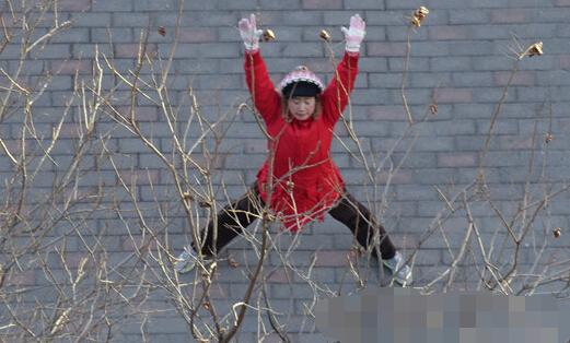 [明星爆料]芙蓉姐姐被嫌弃爆肥 穿羽绒服踢腿下腰户外晨练(图)